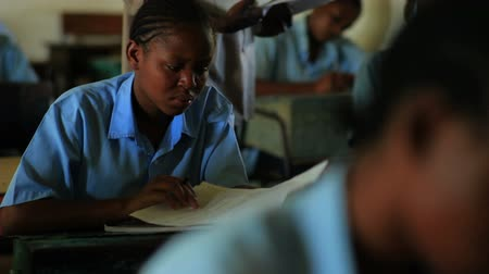 horas : Students taking a test in class in a school in a village in Kenya two hours north of the African city Mombassa. Stock Footage