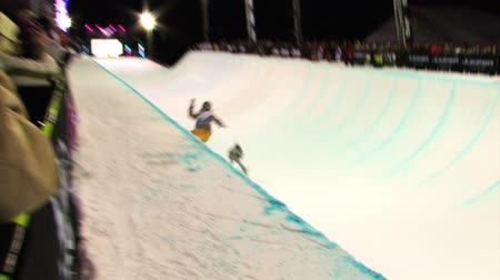 snowboard : A snowboarding competition, snowboarder on a half pipe. Stok Video