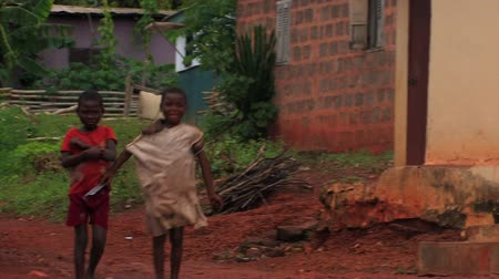 executar : Some children walking, one of them starts to dance, African lady staring into the camera. Stock Footage