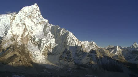 горный хребет : A panoramic shot showing Mount Everest, nearby peaks Lhotse and Nuptse, and the valley below. Стоковые видеозаписи
