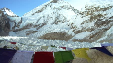 kaide : This is a shot of Everest with Buddhist prayer flags. Stok Video