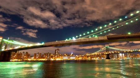 imparatorluk : Brooklyn and Manhattan Bridge and the New York City skyline time lapse. Shot in New York City. Cropped. Stok Video