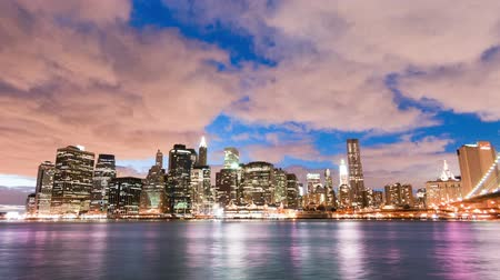 império : New York City and Brooklyn bridge time lapse at night. Shot in New York City, USA. Cropped.
