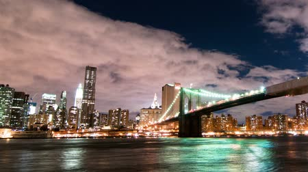 imparatorluk : Brooklyn Bridge and the New York City skyline time lapse. Shot in New York City. Panning shot.