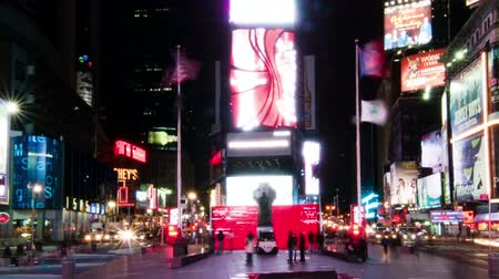 império : Time lapse in Times Square with people walking around the plaza. Shot in New York City. Cropped.