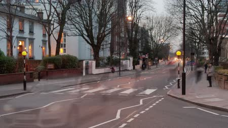 okładka : Time-lapse of traffic at Abbey Road in London. It is twilight and passing cars, double-decker busses, and pedestrians blur in movement. Filmed in October 2011. Cropped.