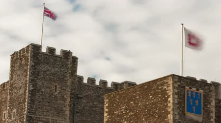 rytíř : Flags fly over Dover Castle in a time-lapse shot. Filmed in October 2011. Cropped. Dostupné videozáznamy