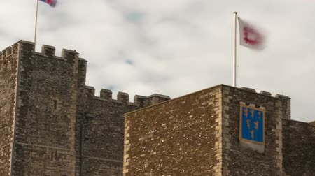 rytíř : Flags fly over Dover Castle in a time-lapse shot. Filmed in October 2011. Panning shot.