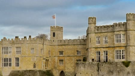 tava : Time-lapse of historical Leeds Castle in Kent. Panning shot.