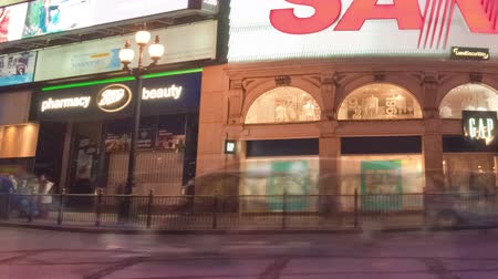 дорожный знак : Time-lapse of Piccadilly Circus at night. This is a shot of a busy street at night. Cropped. Стоковые видеозаписи
