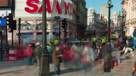 дорожный знак : Time-lapse Piccadilly Circus during daytime. This is a shot of people by the Eros statue. Panning shot. Стоковые видеозаписи