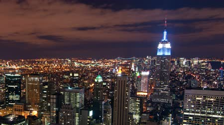 empire state building : New York, paysage urbain time-lapse du bâtiment Rockefeller. Les bâtiments Chrysler et Empire State sont visibles. Tourné à New York City, USA. Panning tir. Vidéos Libres De Droits