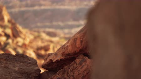 rachaduras : Rack focus shot of rock formations at elephant rock in nevada. Filmed on September 12 2012 at valley of fire state park.
