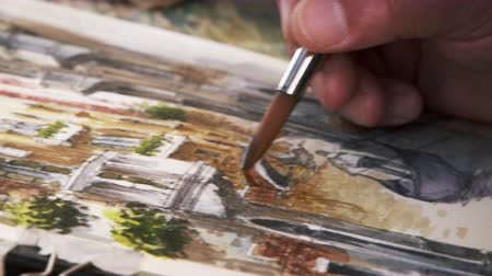 aletsiz : Close up shot of artist painting in details of a scene of a gondola on a canal in Venice. Shot in Venice,Italy Stok Video