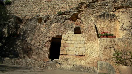 могила : The exterior of the Garden Tomb in Jerusalem, Israel, one of the speculated tombs where Jesus was buried.