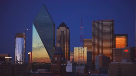 východní : East-facing footage of the downtown skyline of Dallas during sunset. The sunset isnt visible. Filmed in Dallas, Texas.