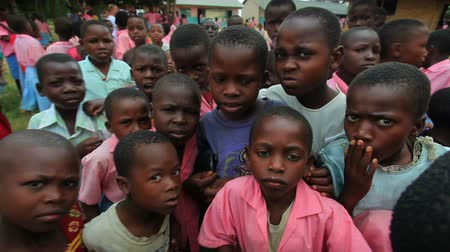 czarne : Kids swarm around the camera in Africa Wideo