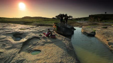 afrika : Kids wash clothes in river under sunset in Africa Dostupné videozáznamy