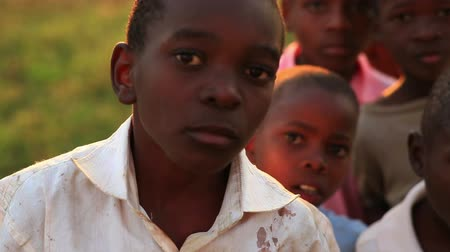 czarne : Boys look at camera in Africa