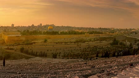 jerozolima : Time-lapse from the Mount of Olives overlooking the cemetery towards the Dome of the Rock at sunset. Cropped.