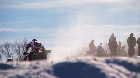 terreno extremo : A snowmobiling race, snowmobilers jumping. Vídeos