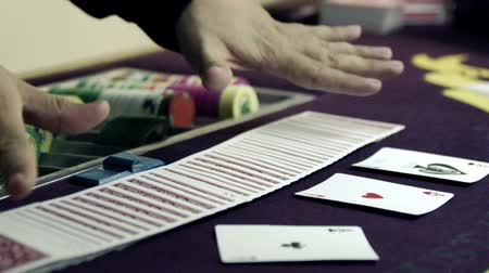 patins : Dealer fanning cards in two hands and showing them then replacing the deck.
