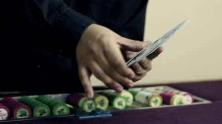 patins : Dealer fanning and showing off deck of cards. Stock Footage