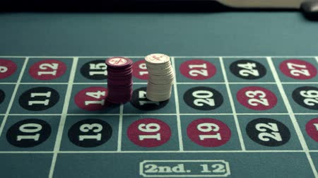 empilhamento : Chips being piled onto a roulette table. Stock Footage