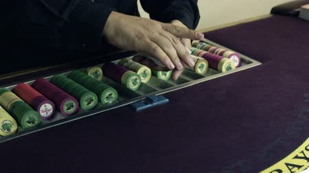 empilhamento : Dealer shuffling and dealing cards onto a table. Stock Footage