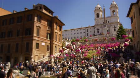 испанский : Slow motion tilting shot of the Spanish Steps and the Trinità dei Monti