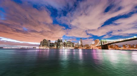 uitzicht op stad : New York City en de brug van Brooklyn time lapse 's nachts. Shot in New York City USA.