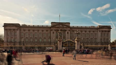 buckingham palace : Time-lapse of Buckingham Palace with tourists in front. Filmed in October 2011.