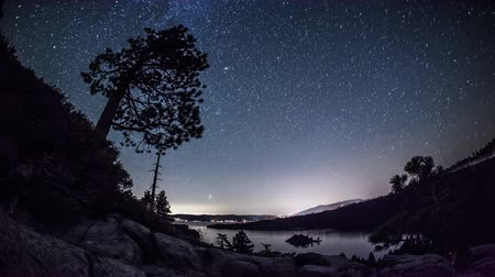 retiro espiritual : Timelapse disparo del cielo nocturno sobre Emerald Bay Nevada. Archivo de Video