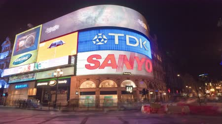 рекламный : Time-lapse of Piccadilly Circus at night. This is a shot of a busy street at night.