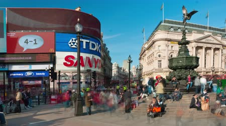 dvojitý : Time-lapse Piccadilly Circus during daytime. This is a shot of people by the Eros statue