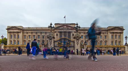 buckingham palace : Time-lapse of Buckingham Palace with tourists all around it in London England. Filmed in October 2011. Stock Footage