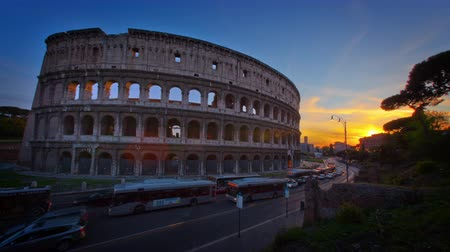 rzym : Time-lapse of the Colosseum and street traffic at sunset. Shot in Rome,Italy