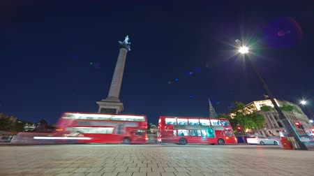 kolumna : Tracking time-lapse of Nelsons Column in Trafalgar Square London. Traffic is passing by around the roundabout. Filmed in October 2011. Wideo