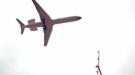 büyük yolcu uçağı : Shot of plane flying over head and turning and flying over traffic. Filmed during the day on june 21,2012