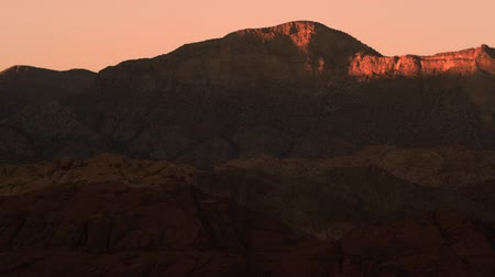 pincel : Distant shot of night falling over red mountains. FIlmed in Nevada