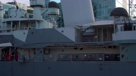 piloto : Panning view of big ship in London England. Filmed on October 11 2011.