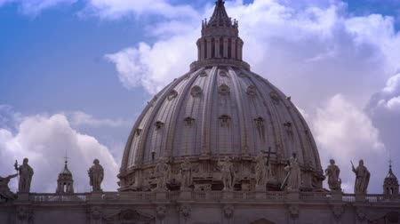 watykan : Panning shot of the dome atop St. Peters Basilica