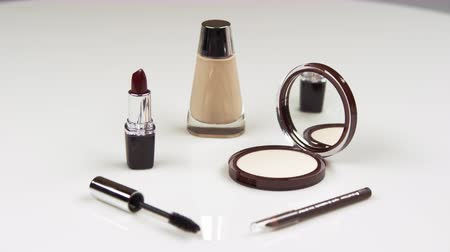 obličejový : Assorted make-up products.