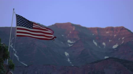 bandeira americana : American Flag waving in front of a mountain.
