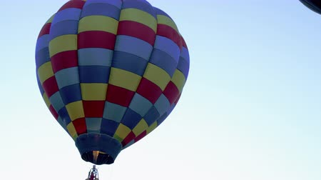 sıcak : Assorted Hot Air Balloons in Utah County Utah. Stok Video