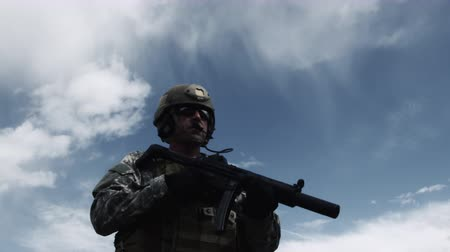 máquina : Soldier with sub-machine gun down, aiming, firing, and lowering weapon. Green Beret United States Army Special Forces.