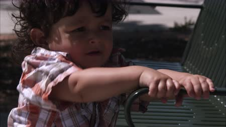 luz do dia : Handheld slow motion shot of a toddler and his mom at a park Vídeos