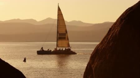 aventura : Static shot of sailboat. Hazy mountains are visible in background. Shot at Emerald Bay State Park,Lake Tahoe,California Vídeos
