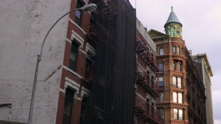 budynki : Dolly shot of old big buildings in New York City. One of the buildings is under some minor construction.