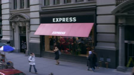 vysoký úhel pohledu : Dolly shot of walking pedestrians and businesses in New York City. The view is from a car driving down the street. Dostupné videozáznamy